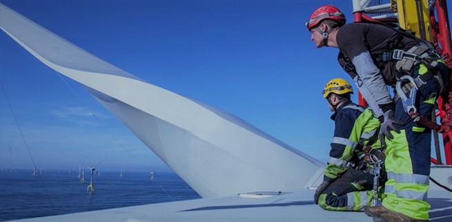 Travail sur une éolienne offshore montré par Vincent Martet